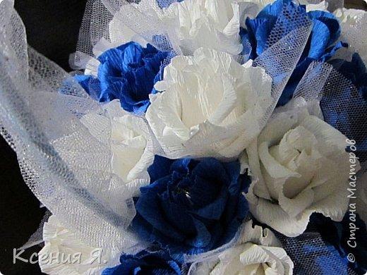 Добрый день, дорогие жители страны!  Что чаще всего дарят на свадьбу?....... Конечно же цветы!  Жалко мне стало живые цветочки, на улице холодно, замерзнут, и вся красота исчезнет.  Так как свадьба была в сине-белых тонах, то и корзинку с цветами-конфетами я решила сделать именно такую же. Делала первый раз, но оказалось не сложно и очень увлекательно!  Приглашаю посмотреть на результат! фото 5
