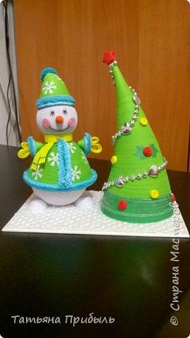 Вот такую новогоднюю поделку в детский сад мы с дочкой сделали в этом году. Снеговик и елочка выполнены в технике квиллинг. Материалы брала из блога Ирины Мотылевич http://quilling-life.com/kvilling-snegovik/, http://quilling-life.com/novogodnie-podelki-elochka-svoimi-rukami/ фото 5