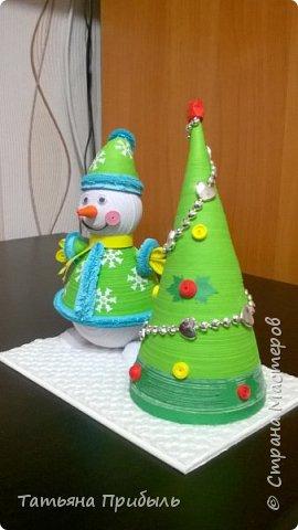 Вот такую новогоднюю поделку в детский сад мы с дочкой сделали в этом году. Снеговик и елочка выполнены в технике квиллинг. Материалы брала из блога Ирины Мотылевич http://quilling-life.com/kvilling-snegovik/, http://quilling-life.com/novogodnie-podelki-elochka-svoimi-rukami/ фото 3