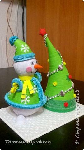 Вот такую новогоднюю поделку в детский сад мы с дочкой сделали в этом году. Снеговик и елочка выполнены в технике квиллинг. Материалы брала из блога Ирины Мотылевич http://quilling-life.com/kvilling-snegovik/, http://quilling-life.com/novogodnie-podelki-elochka-svoimi-rukami/ фото 2