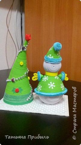 Вот такую новогоднюю поделку в детский сад мы с дочкой сделали в этом году. Снеговик и елочка выполнены в технике квиллинг. Материалы брала из блога Ирины Мотылевич http://quilling-life.com/kvilling-snegovik/, http://quilling-life.com/novogodnie-podelki-elochka-svoimi-rukami/ фото 4
