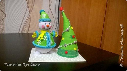 Вот такую новогоднюю поделку в детский сад мы с дочкой сделали в этом году. Снеговик и елочка выполнены в технике квиллинг. Материалы брала из блога Ирины Мотылевич http://quilling-life.com/kvilling-snegovik/, http://quilling-life.com/novogodnie-podelki-elochka-svoimi-rukami/ фото 1