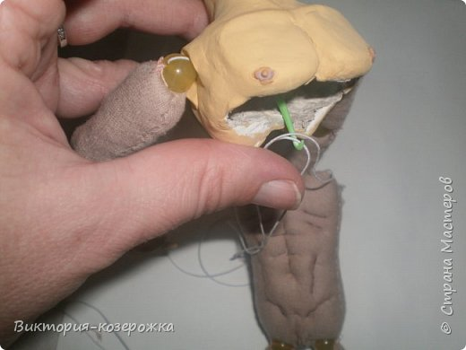 Совсем чуть-чуть осталось нам, что бы в итоге получился вот такой малыш в смешанной технике. И что бы уже обнять его наконец нам потребуются: 1.Готовые детали из керамики- грудь, голова, кисти рук. 2.Сшитые готовые детали текстильного тела 3.Нитка-резинка 4.Нитки, иголка, крючок Пришиваем кисти рук. Берем готовую с шарнирами руку и в запястье продеваем иголку с ниткой.    фото 17