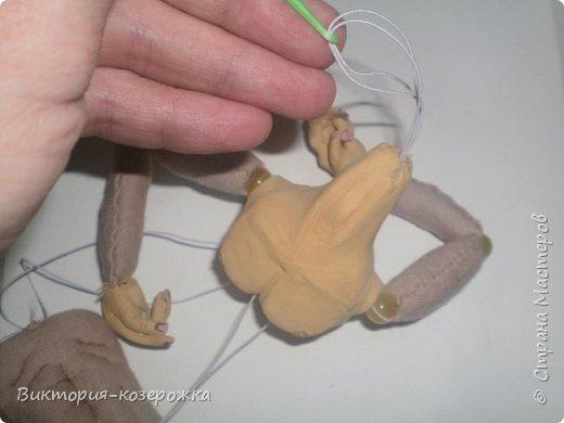 Совсем чуть-чуть осталось нам, что бы в итоге получился вот такой малыш в смешанной технике. И что бы уже обнять его наконец нам потребуются: 1.Готовые детали из керамики- грудь, голова, кисти рук. 2.Сшитые готовые детали текстильного тела 3.Нитка-резинка 4.Нитки, иголка, крючок Пришиваем кисти рук. Берем готовую с шарнирами руку и в запястье продеваем иголку с ниткой.    фото 18