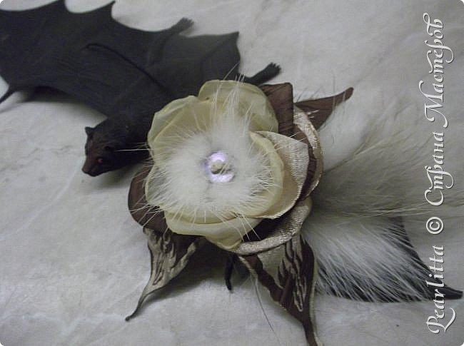 Материалы: Шёлк, атлас, капроном и... мех (лиса, сурок), декорирована перламутрово й пуговицей  и огранёнными  жемчужными бусинками. фото 2