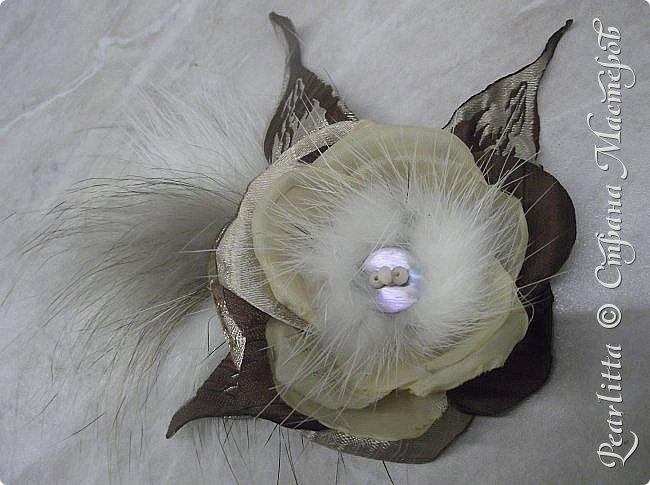 Материалы: Шёлк, атлас, капроном и... мех (лиса, сурок), декорирована перламутрово й пуговицей  и огранёнными  жемчужными бусинками. фото 4