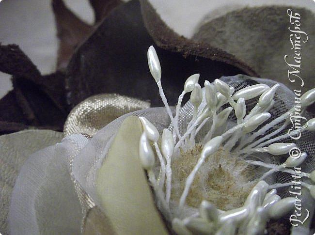 """Эту брошку я делала из кожи  и замши средней толщины (из которой производят сумки и обувь). Очень понравилось работать с ней! Но носить её на мой взгляд стоит с верхней одеждой, на сумочках, шляпах. туфельках, так как она тяжеловата для платьишек, а тем более блузок. Ну а на лацкан пиджачка - пойдёт. Ну а как  """"Ноу-Хау"""" - пробовала соединить с нежыми лепестками из шёлка, атласа и  даже капрона!!! Получилось клёво, не ожидала сама... фото 4"""