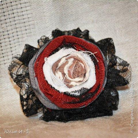 Всем привет! Вот она, моя первая брошь! Конечно, первый мой цветок был совсем другой ( он будет ниже ). Но как украшение для одежды - эта первая. Если кому-то покажется черное кружево,  как траурное, то это было сделано под черные замшевые туфли. И получилось ваще Отпад! ))))  фото 1