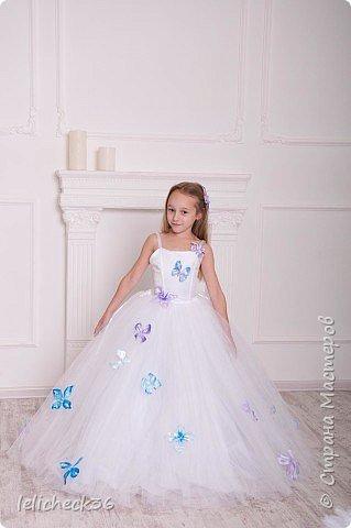 Платье декорировано атласными бабочками. фото 1