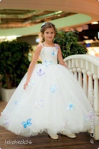 Платье декорировано атласными бабочками. фото 3