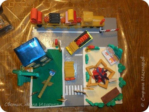 """Добрый день!  Хотела бы показать одну из наших последних работ, выполненных для конкурса в детском саду.  Тема """"Правила дорожного движения"""". Условия выполнение - материал любой, размер работы 30*30 см.  В качестве материалы были выбраны макароны. Между собой все крепилось на горячий клей, а к основе - на клей момент.   Их использованных материалов так же понадобились: досочка (основа), гофрированная бумага (полянки), скотч (бордюры, пешеходка), коробка из под чая (дом), металлизированная бумага (дом), гуашь (окраска макарон), распечатанные детишки и знаки.  Что делал Игорь: красил макарошки гуашью, помогал собирать паровоз, фонтан и машинки, а так же делал расстановку персонажей))))  Затраты по времени - не измерены до конца, потому как красилось и собиралось все по чуть-чуть вечерами минут по 30-40 в течении недели. Зато свести все в композицию удалось за пару вечеров с учетом всех доделок.  Результатом я не вполне довольна и свои косяки вижу, но всегда рада услышать мнение со стороны! Далее фото. Вид спереди. Хорошо видны играющие детишки и парочка, переходящие дорогу по правилам ))) фото 5"""