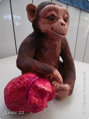 И снова обезьян, на этот раз на лампочке.  Я уже делала Деда Мороза и тут снова вспомнила, что лампочки то еще есть. Хотела сделать что то смешное, но вышла довольно серьезная шимпанзень.  Даже не могу понять кто это она или он, наверное она благодаря основе очень попа толстая) фото 1