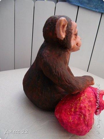 И снова обезьян, на этот раз на лампочке.  Я уже делала Деда Мороза и тут снова вспомнила, что лампочки то еще есть. Хотела сделать что то смешное, но вышла довольно серьезная шимпанзень.  Даже не могу понять кто это она или он, наверное она благодаря основе очень попа толстая) фото 4