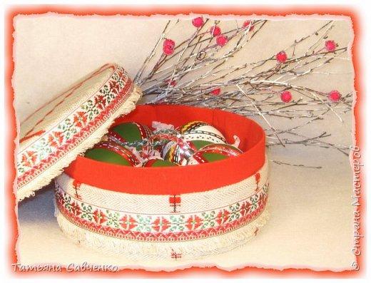 Пенопластовые шары обклеила нитью для вязания и украсила пайетками.  фото 4