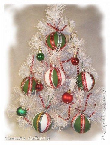 Пенопластовые шары обклеила нитью для вязания и украсила пайетками.  фото 3