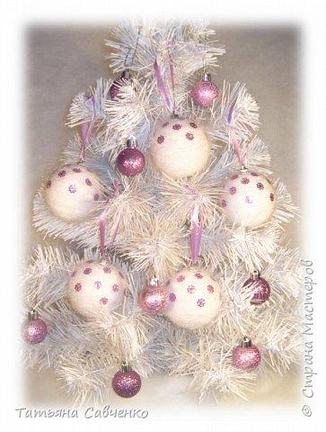 Пенопластовые шары обклеила нитью для вязания и украсила пайетками.  фото 1