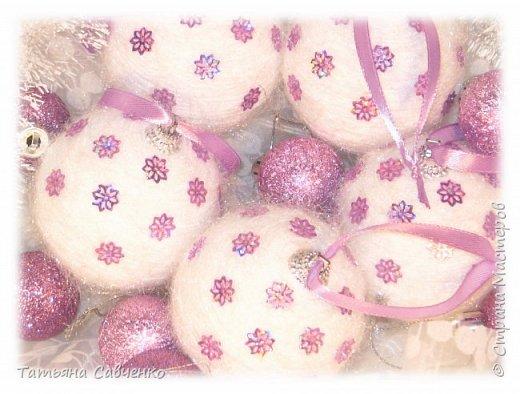 Пенопластовые шары обклеила нитью для вязания и украсила пайетками.  фото 2