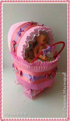 В преддверии Нового года родились детишки.....эта коляска из памперсов для дочиной подружки с рождением дочери фото 1