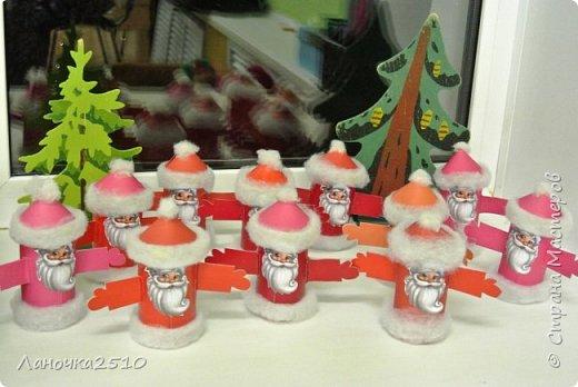 """Всем-всем приветики!!! Сегодня я  к вам - с небольшим репортажем из детского сада...вернее из """"ОЧУМЕЛОЙ"""" мастерской моей группы....Сегодня в нашем меню - изготовление игрушки - деда Мороза. вернее целого отряда , готового отправится в дома наших деток . С чего всё начиналось: мы все дружно принесли рулончики от ...ну вы сами всё видите... весь бросовый материал идёт в дело! фото 11"""
