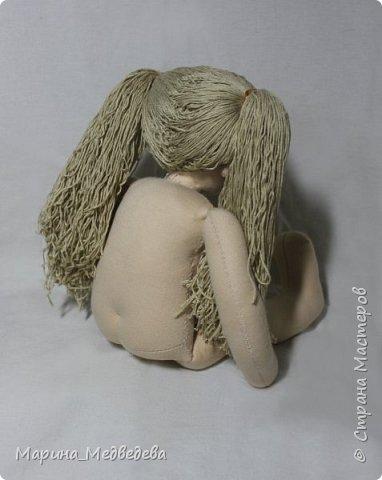 """Куколка сшита по вальдорфским технологиям. Тело - хлопковый трикотаж """"Белый ангел"""", набивка - шерсть (сливер), одежда 100% хлопок. Рост куклы 38 см. Может стоять и сидеть с опорой. Вся одежда съёмная. Волосы выполнены из шерсти. Их можно расчесывать пальчиками или расчесок с редкими зубчиками и делать различные прически.  фото 6"""