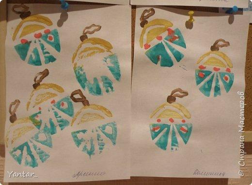 """Продолжаю выкладывать идеи поделок с самыми маленькими детками. Начало здесь - https://stranamasterov.ru/node/957860  1. Аппликация на тарелочке """"Новогодняя"""". Вырезали из салфетки новогоднюю картинку. Приклеили её на тарелочку, дополнили снегом и опушкой шапочки снеговика из ваты. Украсили ёлочку кружками из фольгированного картона. фото 2"""