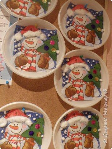 """Продолжаю выкладывать идеи поделок с самыми маленькими детками. Начало здесь - https://stranamasterov.ru/node/957860  1. Аппликация на тарелочке """"Новогодняя"""". Вырезали из салфетки новогоднюю картинку. Приклеили её на тарелочку, дополнили снегом и опушкой шапочки снеговика из ваты. Украсили ёлочку кружками из фольгированного картона. фото 1"""
