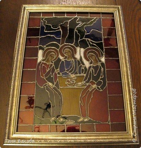 Доброго времени суток, дорогие жители Страны. На ваш суд - самодельный витраж, написанный красками по стеклу. Забавно, витраж стоит у окна, и через него видны настоящие деревья и кусты на улице) На случай, если кто-то захочет сделать себе что-то подобное, в двух словах расскажу, как его делала.  В фотосалоне купила обычную фоторамку со стеклом, стекло вытащила, на нем и рисовала.  В качестве картинки взяла схему для вышивания, которая очень здорово подошла по размеру к стеклу. фото 3