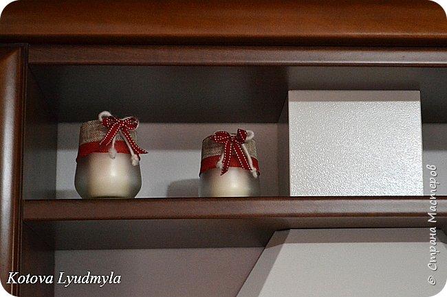 Всем приветик. Очередной раз приглашаю вас ко мне в дом, который теперь уже с рождественским декором. Писать буду очень мало, только самое необходимое, скоро идти на работу и времени совсем не хватает.   Как я уже писала в посте про осень ( https://stranamasterov.ru/node/980676 ), для рождественского декора выбрала бело-красную гамму. Старалась все сделать в одном стиле и использовать одни и те же элементы. Итак, поехали... Зал  и кухня. Подушечки на диване и дорожка на столе сшиты из хлопковой ткани.   фото 11