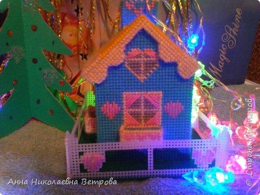 Зимний домик из пластиковой канвы с забором и балкончиками. Для роботы были испльзываны шерстяные цветные нитки.  Вид с фасада. фото 4