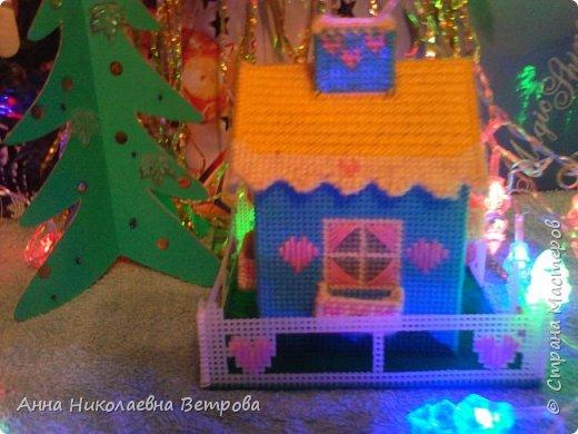 Зимний домик из пластиковой канвы с забором и балкончиками. Для роботы были испльзываны шерстяные цветные нитки.  Вид с фасада. фото 3