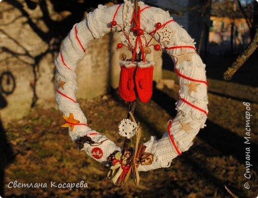 Снега у нас нет,настроения новогоднего тоже.Приходится поднимать его искусственно)) Веночки в свитерочках. фото 3