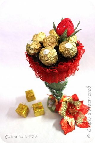 """Сладкий десерт. Сделан из флористических материалов. В составе 7 конфет """"Ферреро Роше"""" и 1 конфетка """"Золотая осень"""" в клубничке."""