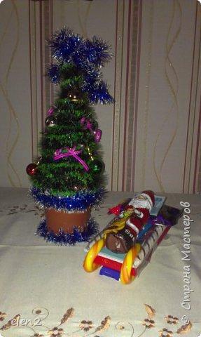 Сделала сладкие саночки  в подарок на День Святого Николая для внучки: Использовала для саней   предметы и  все соединила тонким скойчем полозья- это сладкие леденцы Снизу прицепила на скойч 2 пачки бенгальских огней. По бокам - 2 красивые,ароматизированные свечечки на новый год А в саночки уложила все, что моя внучка любит: шоколадку, желе(упаковочка),разноцветные ручки, 2 блокнотика в школу,влажные салфетки (написано антимикробные),денежки и шоколадного Деда Мороза. фото 1
