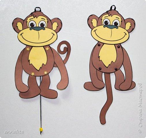 Здравствуйте всем. К Новому году решила я сделать с дочкой какую-нибудь обезьянку. Пересмотрела много вариантов поделок в интернете, но то ли мне они не нравились, хоть и простые были, то ли сложность пугала (не сможет ребенок сделать 5 лет, а хочется, чтобы 90% работы мог сделать сам). В итоге вспомнила про игрушки-дергунчики. Но обезьянки, к сожалению, не нашла - пришлось рисовать самой. Обезьянка достаточно простая, поэтому можно усложнить работу, сделав аппликацию (разбив шаблон на детали). фото 1