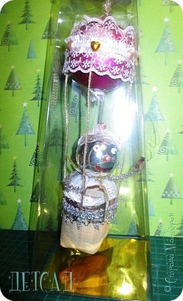 Во всех магазинах сейчас огромнейшее разнообразие новогодних украшений, а что если сделать их самим?!?  Очень уж мне понравились некоторые игрушки... Но, зачем тратиться, если всё необходимое можно найти в доме!!! фото 11