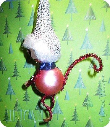 Во всех магазинах сейчас огромнейшее разнообразие новогодних украшений, а что если сделать их самим?!?  Очень уж мне понравились некоторые игрушки... Но, зачем тратиться, если всё необходимое можно найти в доме!!! фото 2