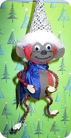 Во всех магазинах сейчас огромнейшее разнообразие новогодних украшений, а что если сделать их самим?!?  Очень уж мне понравились некоторые игрушки... Но, зачем тратиться, если всё необходимое можно найти в доме!!! фото 1