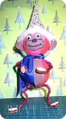 Во всех магазинах сейчас огромнейшее разнообразие новогодних украшений, а что если сделать их самим?!?  Очень уж мне понравились некоторые игрушки... Но, зачем тратиться, если всё необходимое можно найти в доме!!! фото 3