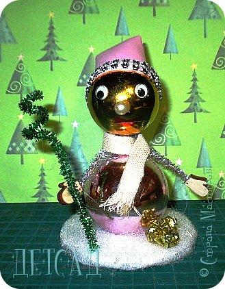 Во всех магазинах сейчас огромнейшее разнообразие новогодних украшений, а что если сделать их самим?!?  Очень уж мне понравились некоторые игрушки... Но, зачем тратиться, если всё необходимое можно найти в доме!!! фото 15