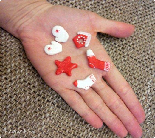 Всем доброго дня! Что-то конец года выдался не очень хорошим. Спасаюсь, как могу... Несколько работ для создания новогоднего настроения) Мой дебютный рождественский венок. Использованы искусственная хвоя, шишки, орехи, листочки, ротанговые шарики, бантики, мандариновые розочки, бусинки, палочки корицы, кружево. фото 7