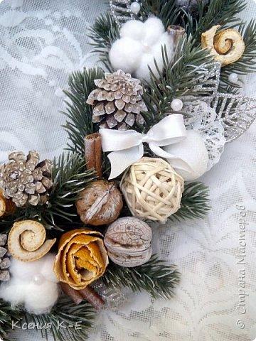 Всем доброго дня! Что-то конец года выдался не очень хорошим. Спасаюсь, как могу... Несколько работ для создания новогоднего настроения) Мой дебютный рождественский венок. Использованы искусственная хвоя, шишки, орехи, листочки, ротанговые шарики, бантики, мандариновые розочки, бусинки, палочки корицы, кружево. фото 3