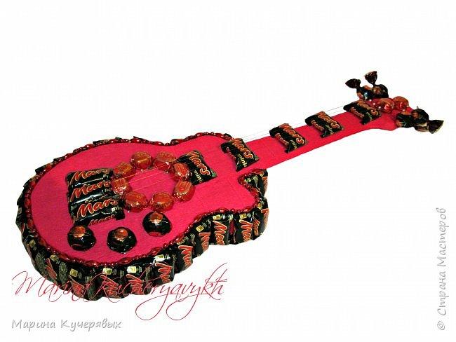 Всем привет. Вот еще немного заказов сделала к новому году. Гитару заказали в красно-черных цветах, вот такие конфетки подобрала, делала ее первый раз, поэтому как-то страшновато было, боялась, вдруг не получится))))) Но вроде ничего, заказчице понравилось фото 1