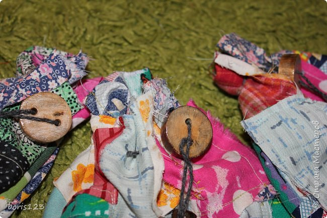 В этом году решили сшить мешочки для сладких подарков и украсить их деревянными деталями.  фото 11