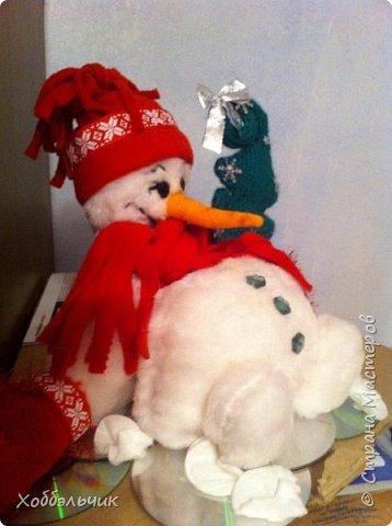 Вот такой снеговик слепился.В школу шел , на выставку новогодних поделок. Да подскользнулся и упал!Лед у него под ногами из дисков. фото 1