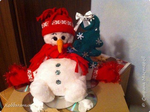 Вот такой снеговик слепился.В школу шел , на выставку новогодних поделок. Да подскользнулся и упал!Лед у него под ногами из дисков. фото 3