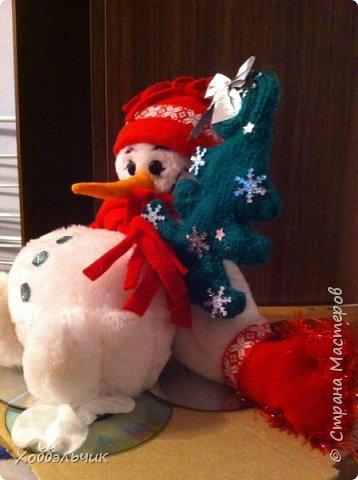 Вот такой снеговик слепился.В школу шел , на выставку новогодних поделок. Да подскользнулся и упал!Лед у него под ногами из дисков. фото 2