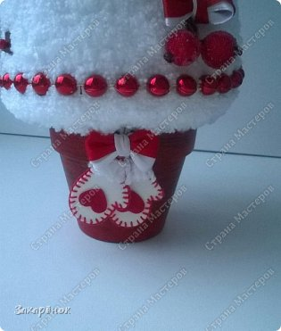 Вот такие красные ёлочки получились ), в том году тоже была ёлочка с ножками, в этом попросили с ручками ))), и вот что вышло! Шапочка, рукавички, сапожки  связаны вручную. фото 10