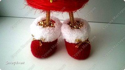 Вот такие красные ёлочки получились ), в том году тоже была ёлочка с ножками, в этом попросили с ручками ))), и вот что вышло! Шапочка, рукавички, сапожки  связаны вручную. фото 6