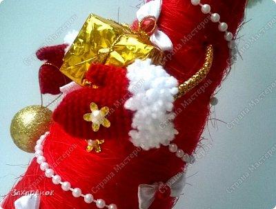 Вот такие красные ёлочки получились ), в том году тоже была ёлочка с ножками, в этом попросили с ручками ))), и вот что вышло! Шапочка, рукавички, сапожки  связаны вручную. фото 4
