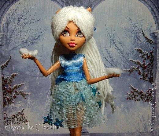 Приветствую всех, кто зашел в гости! Представляю переделанную куколку (возможно даже нового персонажа) и небольшую историю) *** Наступает зима. Казалось бы, ничего особенного. Падает снег, становится холодно, как, впрочем, и каждый год. А почему? Ученые скажут, что из-за того, что земля вертится. А я скажу, что зима наступает благодаря Зимней Фее. Именно эта девочка насылает на людей зиму. Работа у неё такая. Зимняя фея только одна. Это летних много, а зимняя - одиночка. фото 6